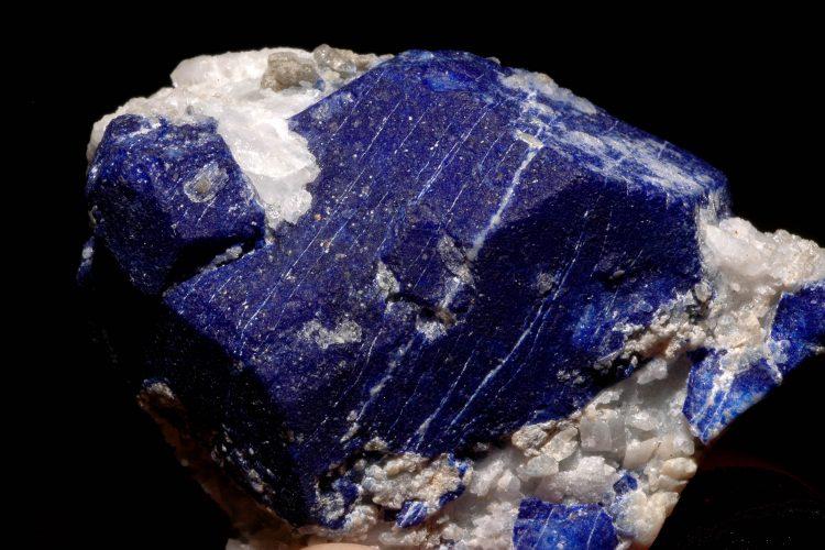 Le lapis-lazuli est une pierre spirituelle qui favorise les rêves éveillés